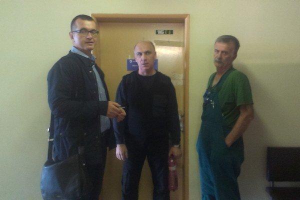 Exprimár Mikolaj (vľavo). Pred vlastnou zapečatenou pracovňou.