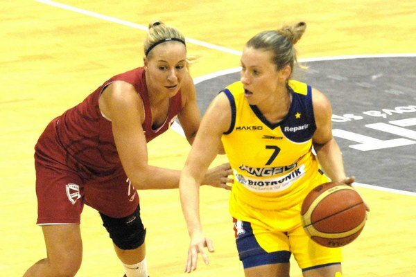 Opora košického tímu. Zuzana Žirková (s loptou).