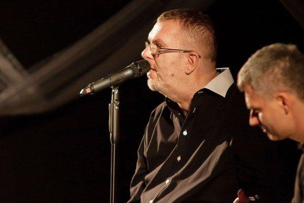 Richard vymenil syna Markusa a partnerku Vandu za kapelu Fragile. Našťastie len na dva mesiace.