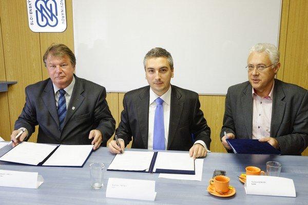 Zľava: Kandidát na starostu Ľubomír Grega, Rastislav Trnka (Sieť) a Norbert Lukán (KDH).