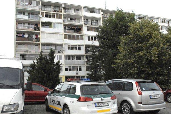 Panelák na Kysuckej ulici. Na 6. poschodí došlo k vražde.