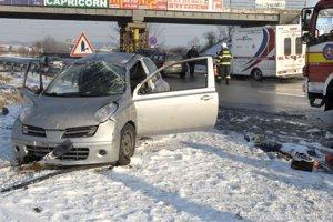 Nehoda. Vodič a jeho spolujazdkyňa skončili v nemocnici.