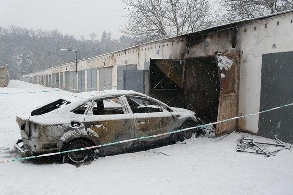 Tesne po požiari. Auto je súce do šrotu.