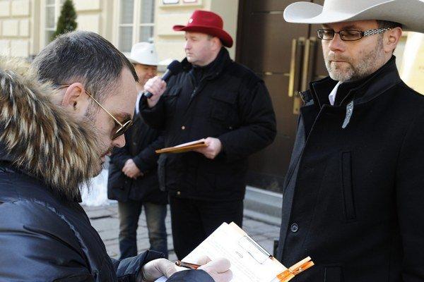 Na petičných hárkoch pribudli prvé podpisy.