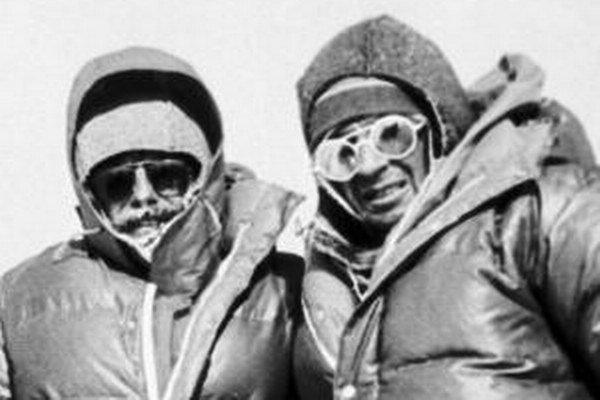 Jozef Psotka (vpravo) so Zoltánom Demjánom na vrchole Mt. Everestu, ktorý sa mu stal v roku 1984 osudným.