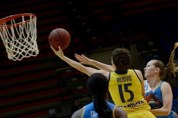 Vľavo Miljana Bojovičová (Košice) a vpravo Mária Felixová (Piešťany) vo finálovom zápase Slovenského pohára v basketbale žien.