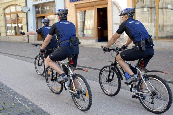 Policajti na bicykloch. Košičania sa s nimi začali stretávať od roku 2006, v tomto roku to bude oveľa častejšie.