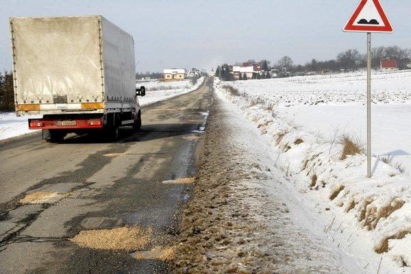 Tankodróm pri Rozhanovciach. Nový asfalt zlepší kvalitu miestnej cesty v dĺžke 4,5 km.