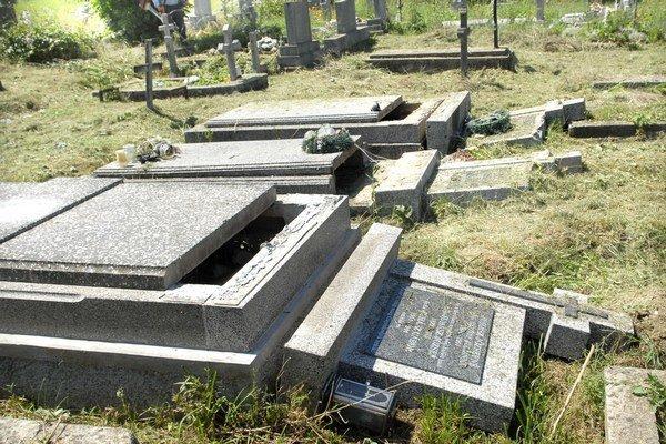 Zničené hroby. Vandali ich poškodili 29.