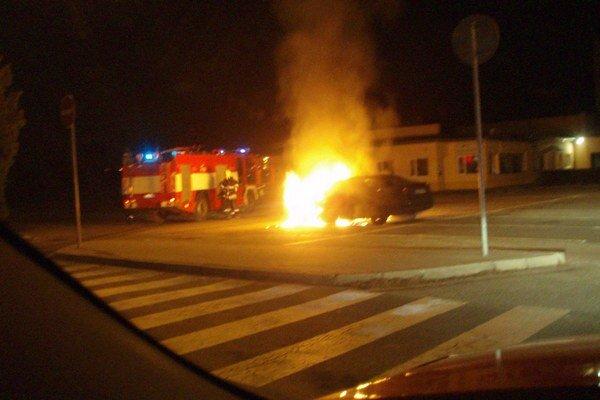Zásah hasičov. Auto bolo v plameňoch, opravy sa už nedočká.