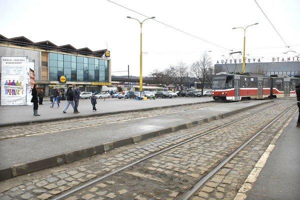 Priestor medzi stanicami. Tam sa má vybudovať napojenie zrekonštruovanej električkovej trate na železničnú.