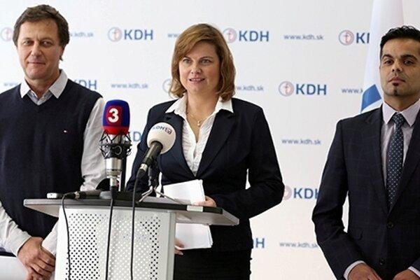 Zľava bývalý rómsky splnomocnenec M. Pollák, podpredsedníčka KDH M. Szitová, vysokoškolský pedagóg I. Rác.