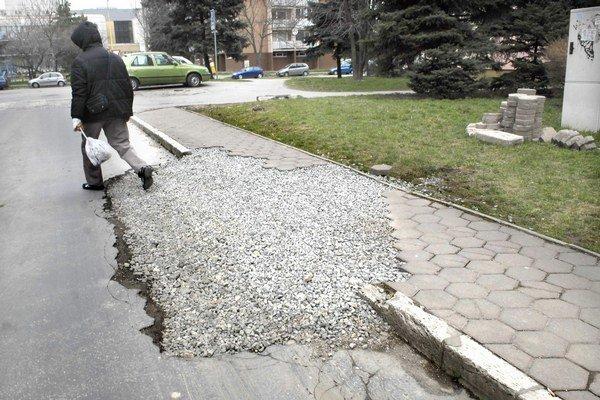 Na opravu chodníkov nedajú nič. Vedenie Juhu to zdôvodňuje rozsiahlymi rozkopávkami pre inžinierske siete v tomto roku.