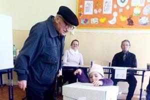 Volila polovica Košičanov. Ivanovi Karaffovi asistovala pri voľbách na ZŠ Tomášikova pravnučka Elenka.