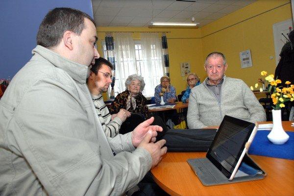 Aj Gaj sa zaujímal o seniorov. Časť dôchodcov sa však postavila za Polačeka.