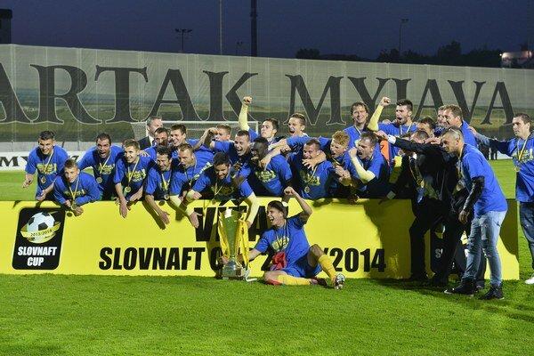 S cennou trofejou. Futbalisti MFK Košice pózujú po finálovom zápase Slovenského pohára.