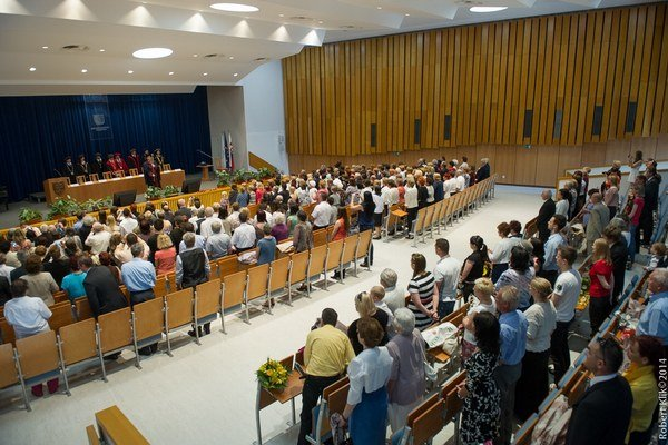Čerství absolventi UTV Košice. Minulý piatok zaplnili celú Aulu Maxima.