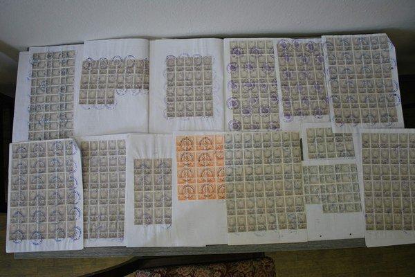 Falošné kolky. Polícia ich našla na množstve úradných dokumentov.