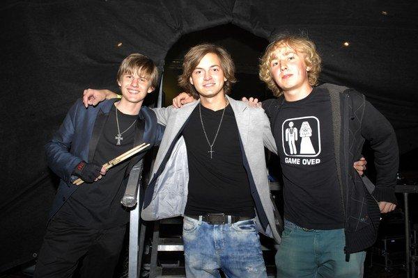 Bezmenná kapela. Mojsej mladší (v strede) si zakladá kapelu, nechýba v nej ani synovec Petra Biča (prvý zľava).