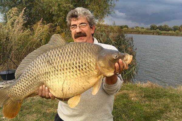 Rybár s trofejou. Po nafotení kapra vypustil.