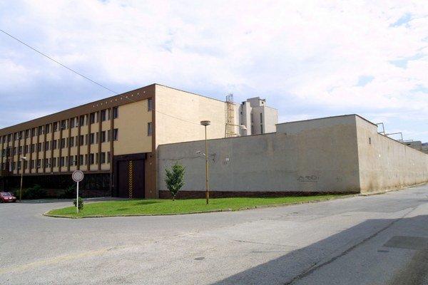 Väznica na Floriánskej. Posvietili si na ňu kontrolóri  z NKÚ.