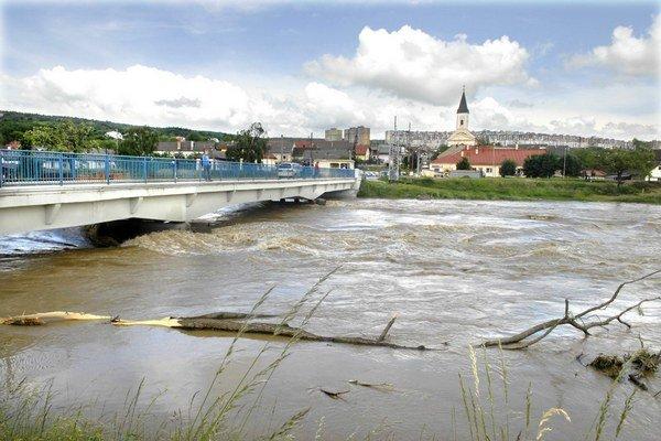 Most v Ťahanovciach. Zväčšia koryto, aby naň voda nedosiahla.