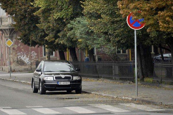 Vodič námestníka zaparkoval v zákaze i protismere.