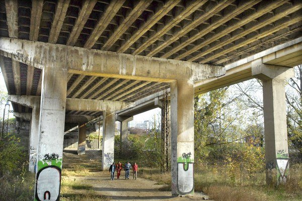 Most klesol miestami o 15 cm. Statici potvrdili životunebezpečný stav.