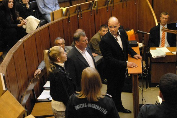Fischer (za pultom) pozerá na svoju bývalú partnerku Evu Varholíkovú, ktorá stojí pred súdom po tragickej nehode.