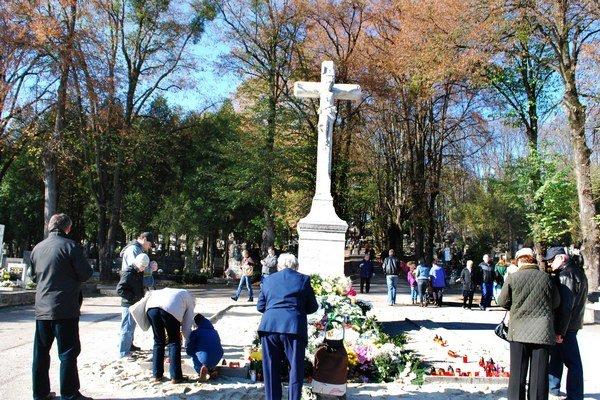 Kríž za hlavným vstupom verejného cintorína. Ľudia pri ňom spomínajú aj na neznámych zosnulých.