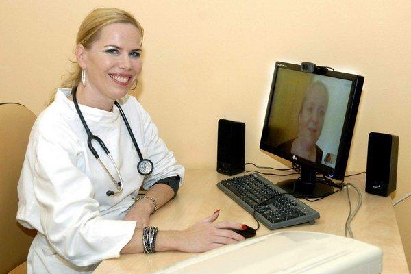 Skypovanie zjednodušuje komunikáciu, ale vyšetrenie nenahrádza.