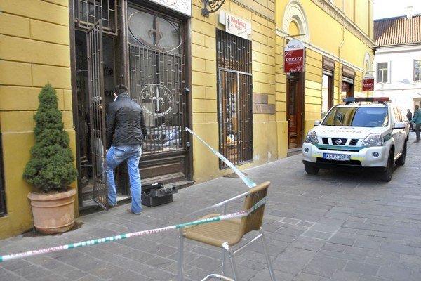 Vyšetrovanie. Polícia odoberala na mieste stopy.
