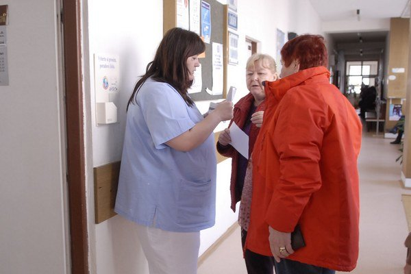 Pacienti v čakárňach. Prednostne platiaci dostanú vyhradený čas.