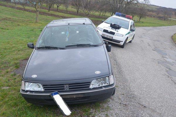 Rozbité auto. Páchateľ na ňom zničil takmer všetko, čo sa dalo.