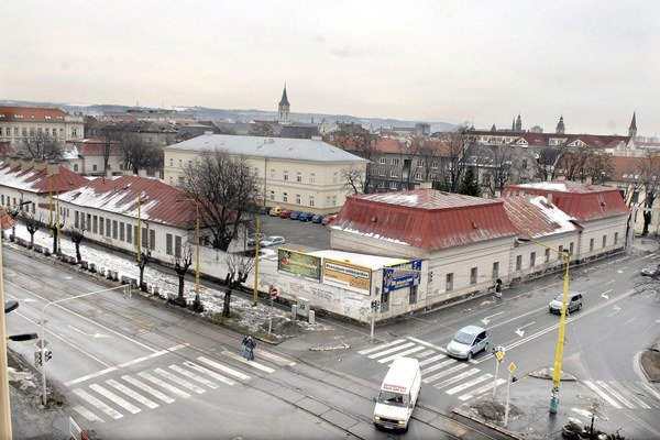 Areál na Bačíkovej. KSK z neho teraz predáva dve budovy pri električkovej trati.