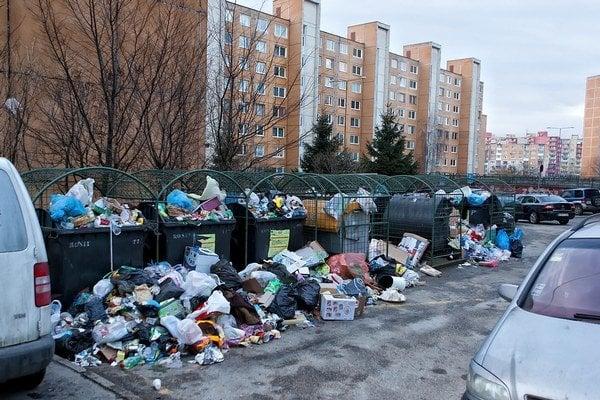 Ťahanovce. Kontajnery boli preplnené, ľudia už hádzali smeti na zem.