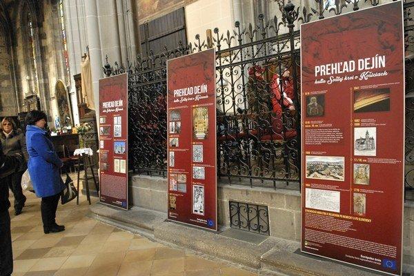 Dejiny kultu Sv. krvi sú na tabuliach umiestnených pri Rákocziho krypte.