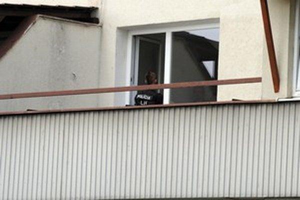 Strážili aj okno. Niekoľkomesačné vyšetrovanie polície vyústilo do obvinenia 203 ľudí.