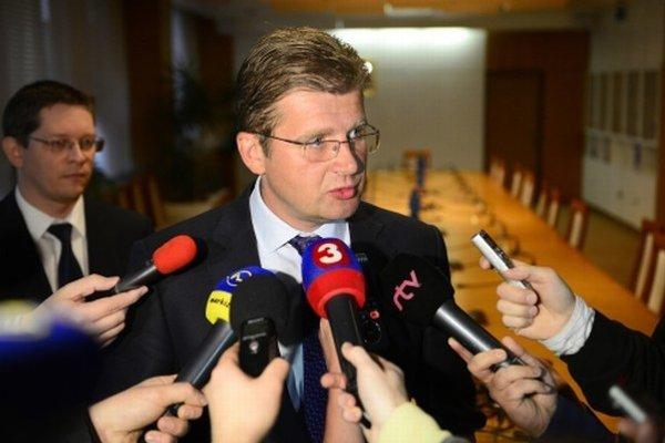 Minister hospodárstva Peter Žiga zo Smeru oponuje svojmu kolegovi Petrovi Kažimárovi.