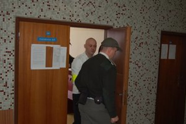 Vladimíra odvádzajú zo súdu. Odsedí si vyše 13 rokov.