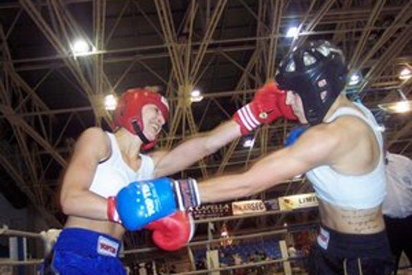 """""""Tiger"""" v akcii. Veronika Petríková (vľavo) """"nakladá"""" vo finále Maďarke Dyekissovej."""