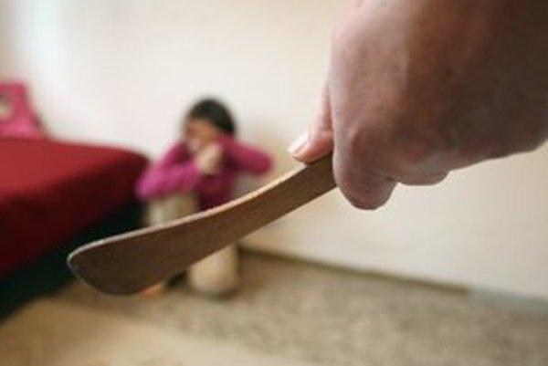 Úrady odôvodňujú odobratie dieťaťa z opatery matky podozrením z týrania.