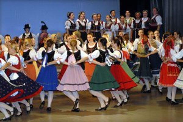 Typický východniarsky kruhový tanec karička.