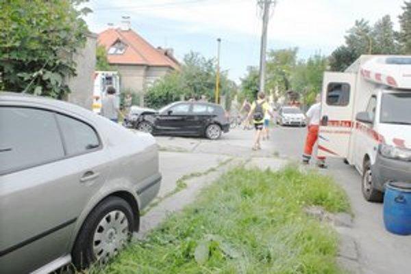 Po zrážke. BMW malo rozbitú prednú časť, octavia zaparkovala na chodníku.