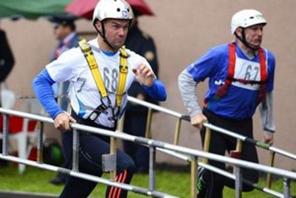Na snímke hasiči súťažia v disciplíne – výstup na 4. podlažie cvičnej veže.