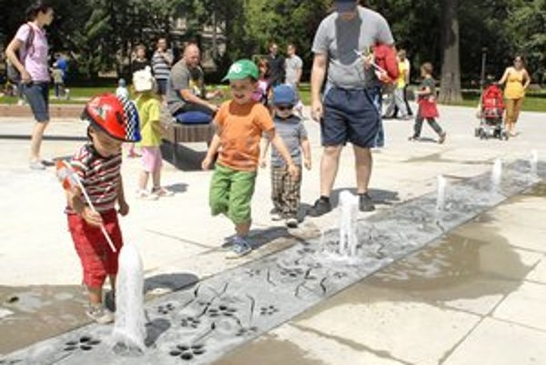 Obnovená fontána. Najväčšiu radosť z nej mali deti.