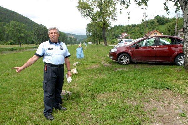 Štefan Fejedelem. Ukazuje, že za státie na tráve je pokuta.