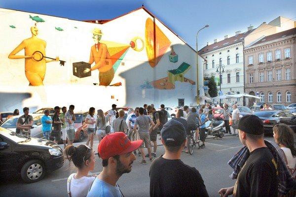 Štvrtkový protest pred zničenou maľbou.