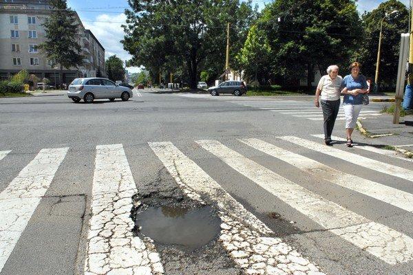 Chalupkova. Pri výjazde na Komenského ulicu striehne veľká diera na vodičov rovno uprostred cesty.