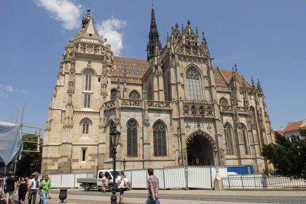 Zreštaurovaná Matejova veža (vľavo) vyzerá ozaj impozantne.